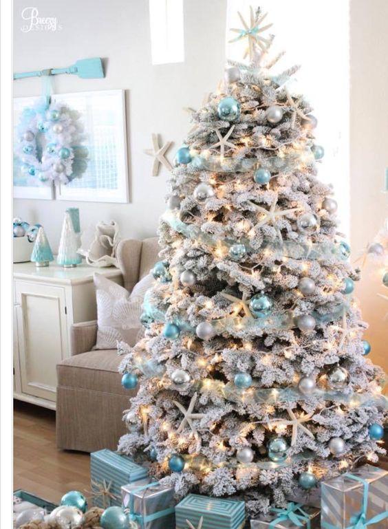 Un albero di Natale innevato