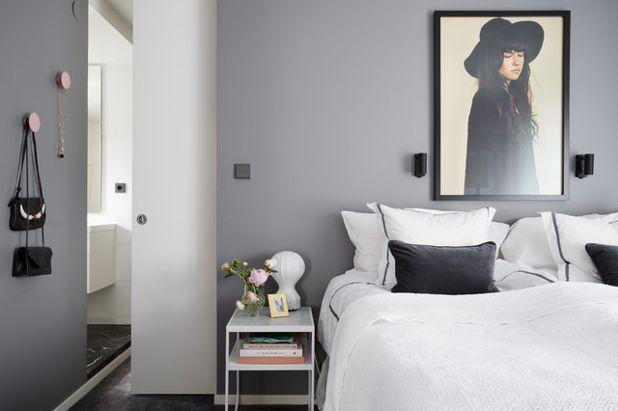 Camera da letto grigia e bianca