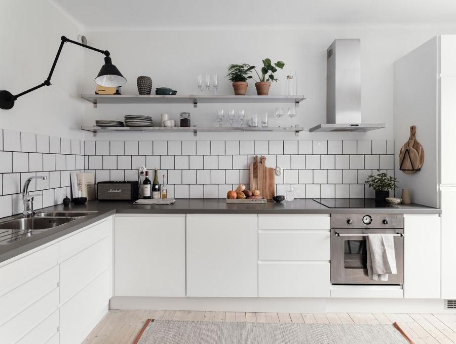 Cucina bianca e grigia