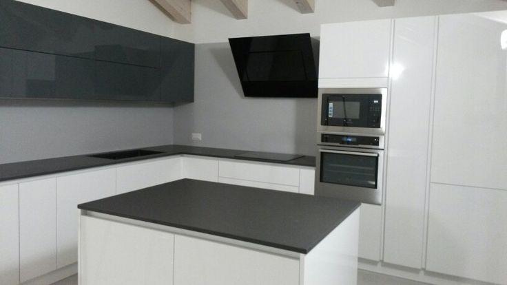 Cucina bianca e grigia ispiratevi con questi 15 esempi buona visione - Cucina grigio scuro ...