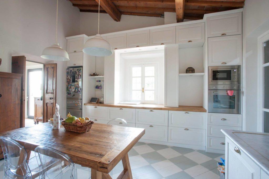 Cucina bianca e rovere 15 idee luminose per ispirarvi - Cucina bianca e legno naturale ...