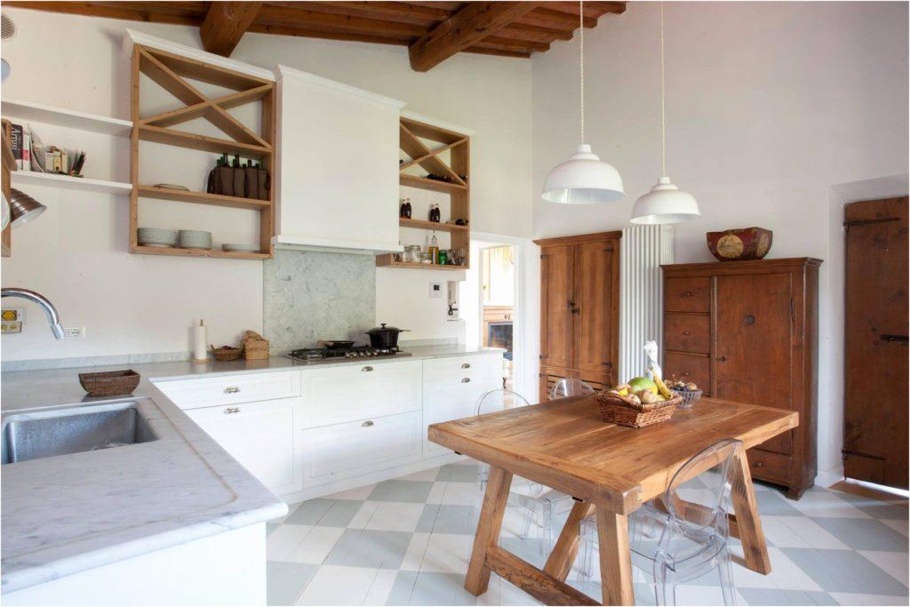 Cucina bianca e rovere 15 idee luminose per ispirarvi - Cucina bianca e legno ...