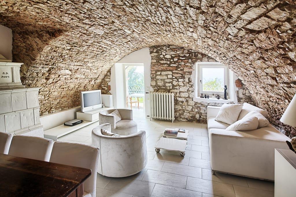 Soggiorno con pietre a vista 15 idee che arredano con for Idea casa paola