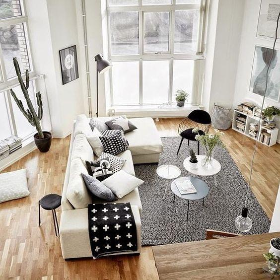 Accostare bianco e legno nel salone