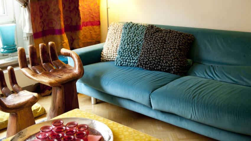 Abbinare un divano dai colori vivi ecco 15 idee per farlo con stile ispiratevi - Telo arredo divano ...