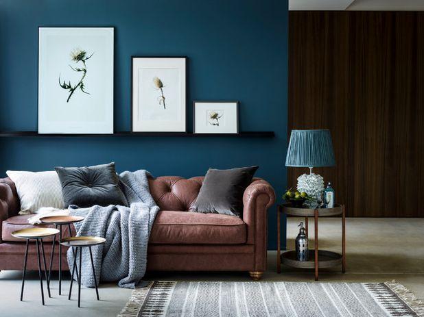Parete Colorata Dietro Il Divano : Il colore giusto dietro al divano ecco idee tutte da scoprire