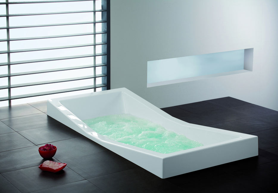 bagno moderno tecnologico con vasca molto design