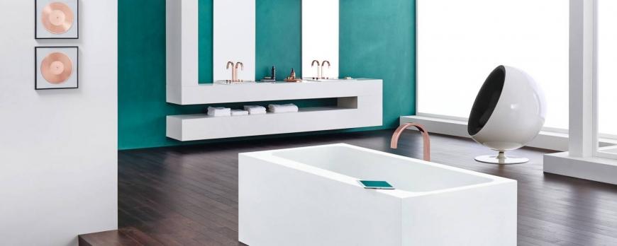 bagno high tech con pareti colorate e mobili bianchi