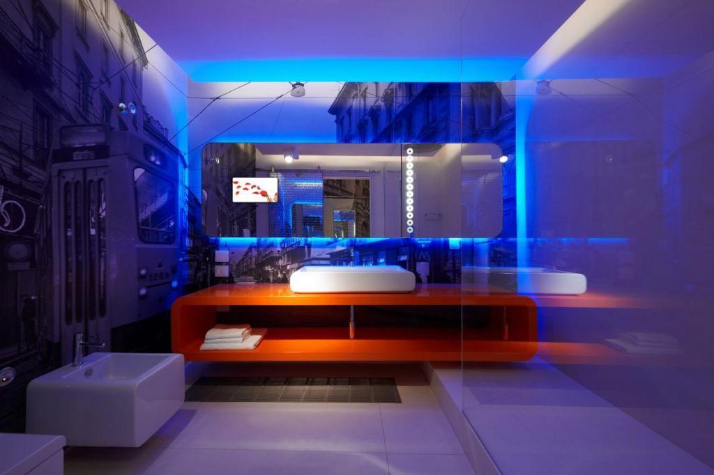 idee illuminazione bagni moderni, luci a LED blu
