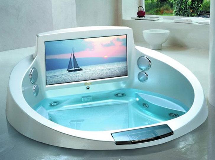 vasca da bagno moderna con tv incorporata, perfetta per un bagno moderno