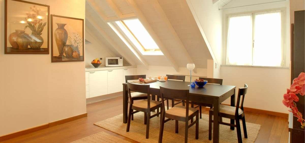 La sala da pranzo in mansarda 15 idee per arredare con for Idee per arredare la sala da pranzo