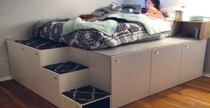 Un letto salvaspazio a piattaforma con mobili da cucina ikea