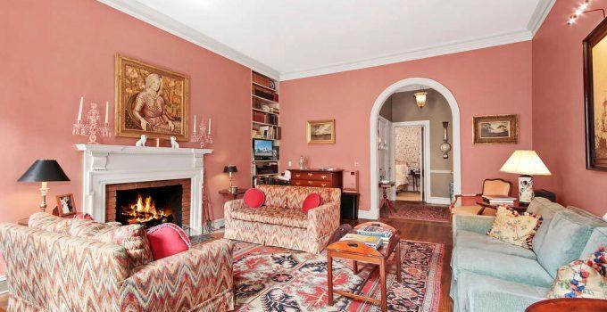 Colori pareti rosa in soggiorno.