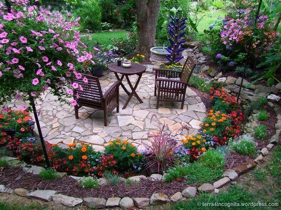 Un tavolino immerso in giardino