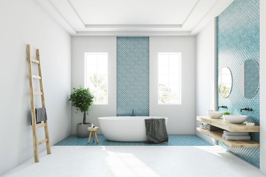 bagno contemporaneo con pareti bianche e azzurre, scala in legno e top in legno design.