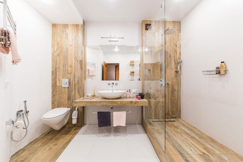 bagno piccolo ben arredato in lunghezza, rivestimento effetto legno.