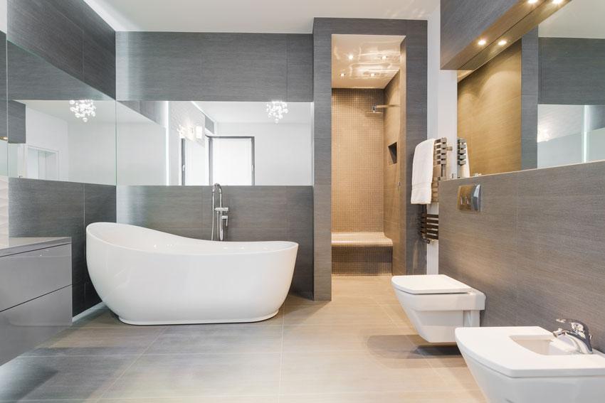 bagno con piastrelle grigie, sanitari bianchi, ideale per un bagno in stile moderno.