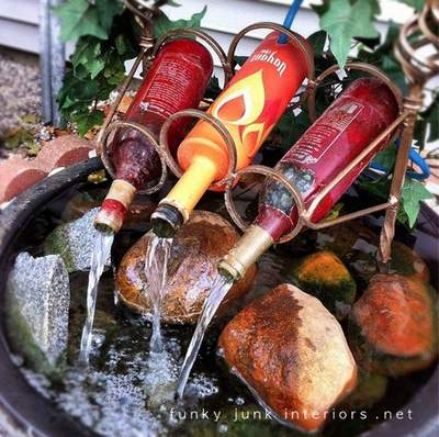 fontana decorativa giardino con bottiglie di vetro riciclate.