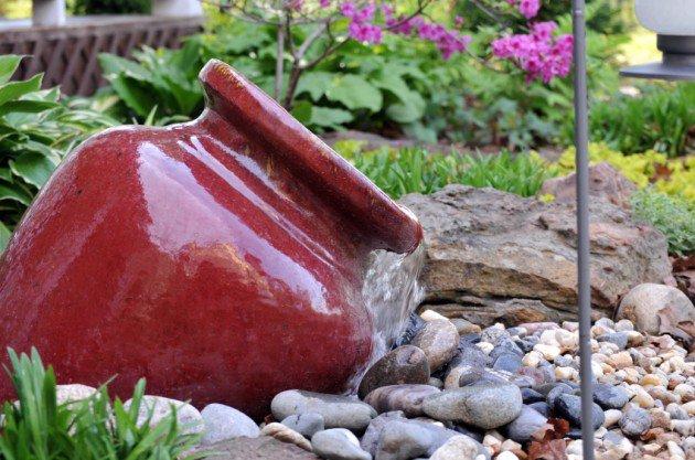 fontana da giardino con vaso e sassi.
