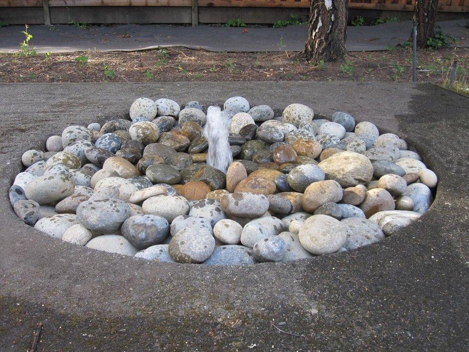 fontana da giardino semplice con sassi naturali.