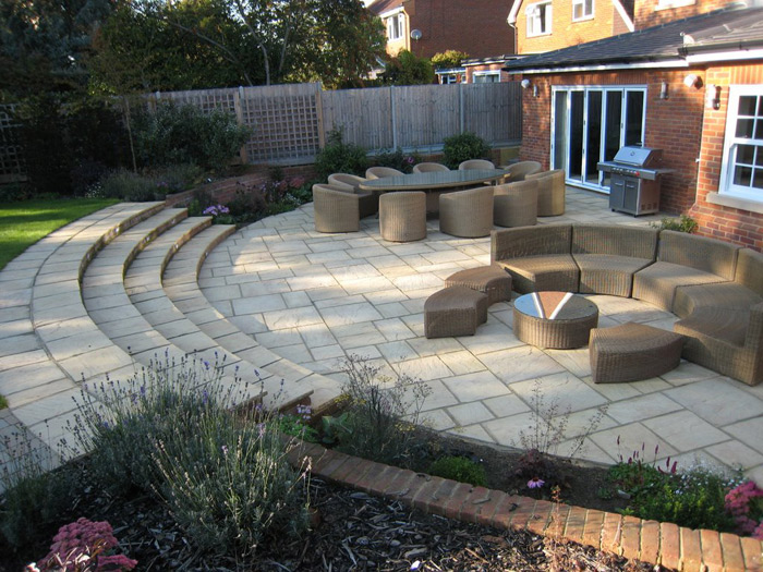 Come arredare un giardino in pendenza