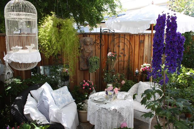 Come arredare il giardino tutto in stile shabby chic