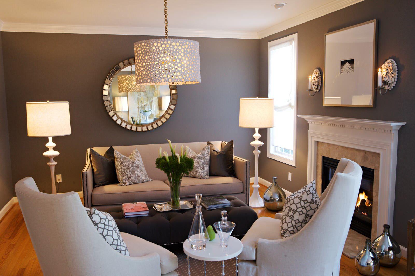 soggiorno stile classico chic con pareti color fango abbinato con arredamento tortora