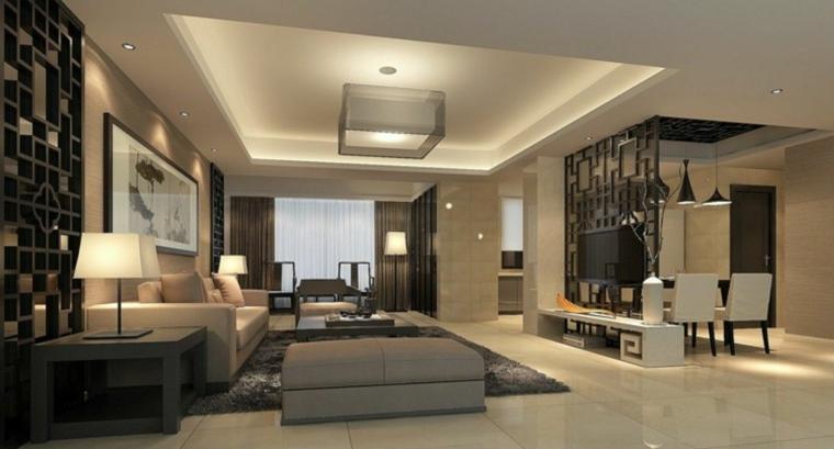 soggiorno open space con sfumature di tortora, divano beige, pouf grigio