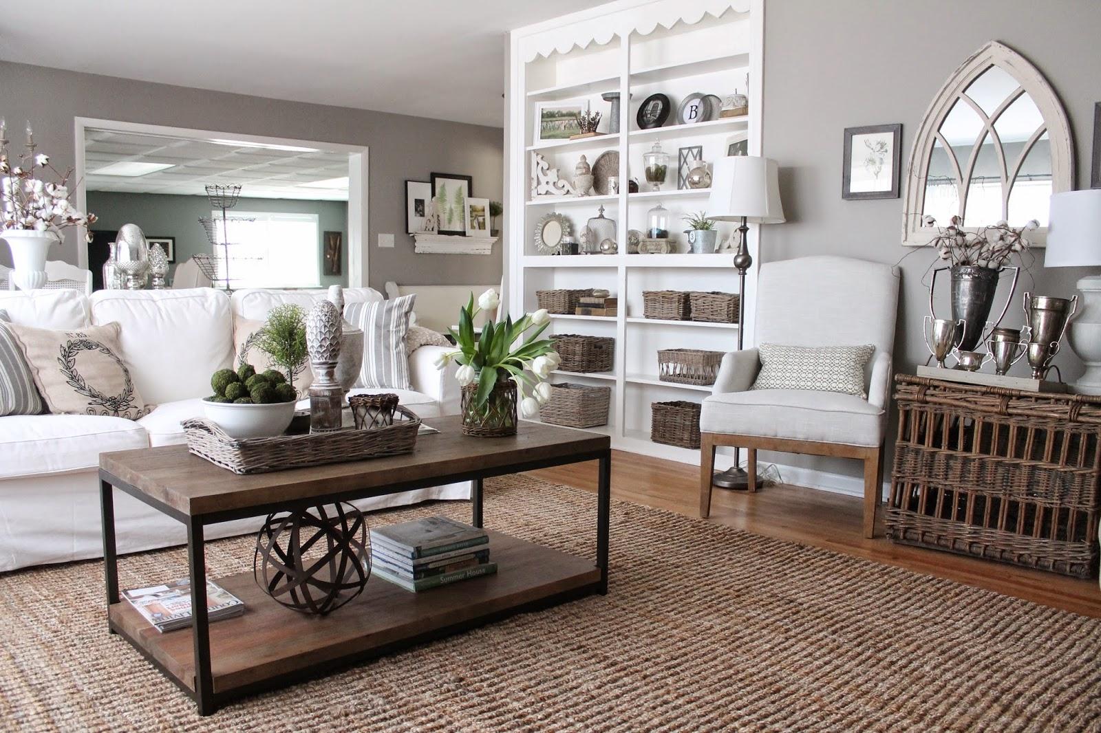 soggiorno shabby chic con pareti tortora chiaro, tavolino in legno e mobili bianchi