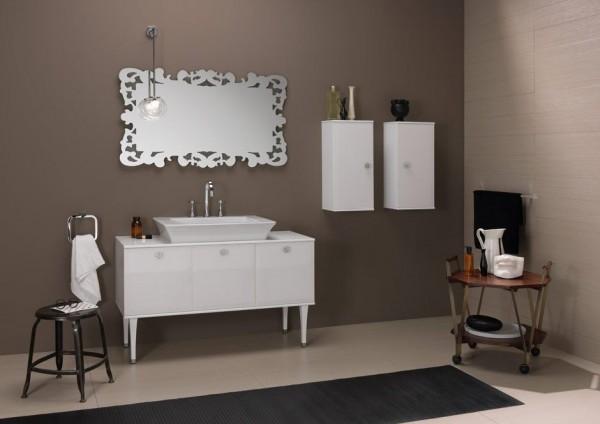 abbinamento colori pareti tortora e fango in bagno con mobili bianchi