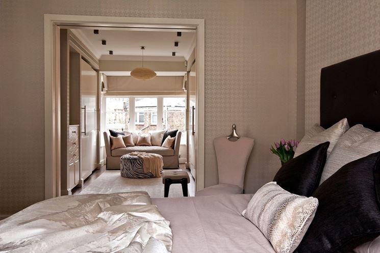 sfumatura di tortora in questa camera da letto con un tocco di rosa
