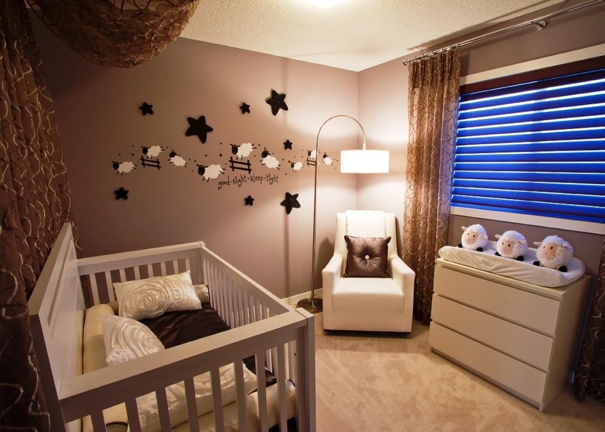 camera da bambino con pareti color tortora e soffitto bianco