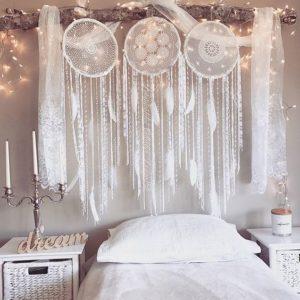 Testiera letto decorata con acchiappasogni.