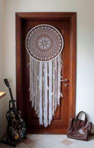 Porta in legno decorata con acchiappasogni.