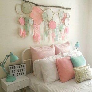 Scacciasogni fai da te colorato per decorare la testiera del letto.
