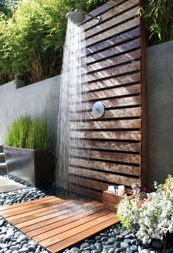 doccia da giardino con pallet