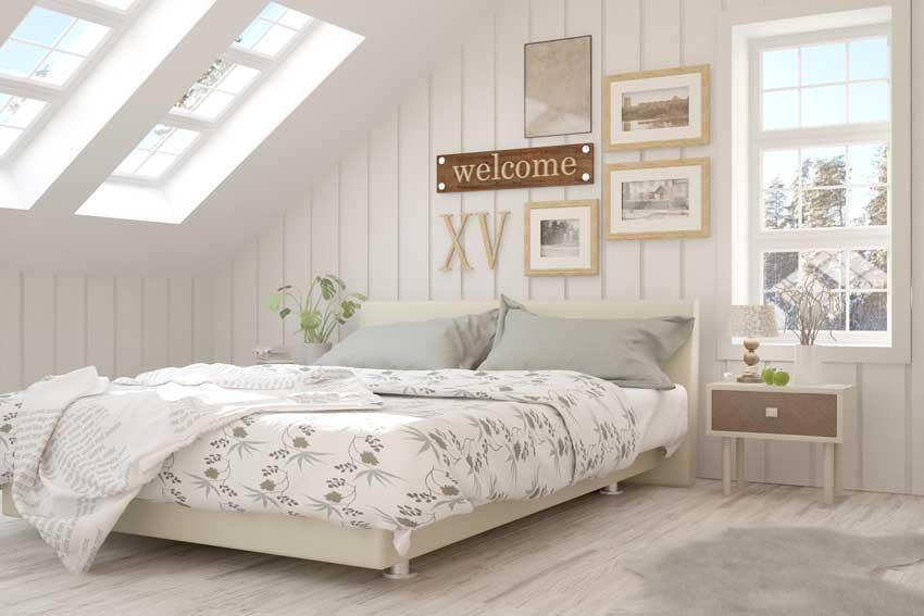 camera da letto nel sotto tetto in stile scandinavo con un tocco shabby.