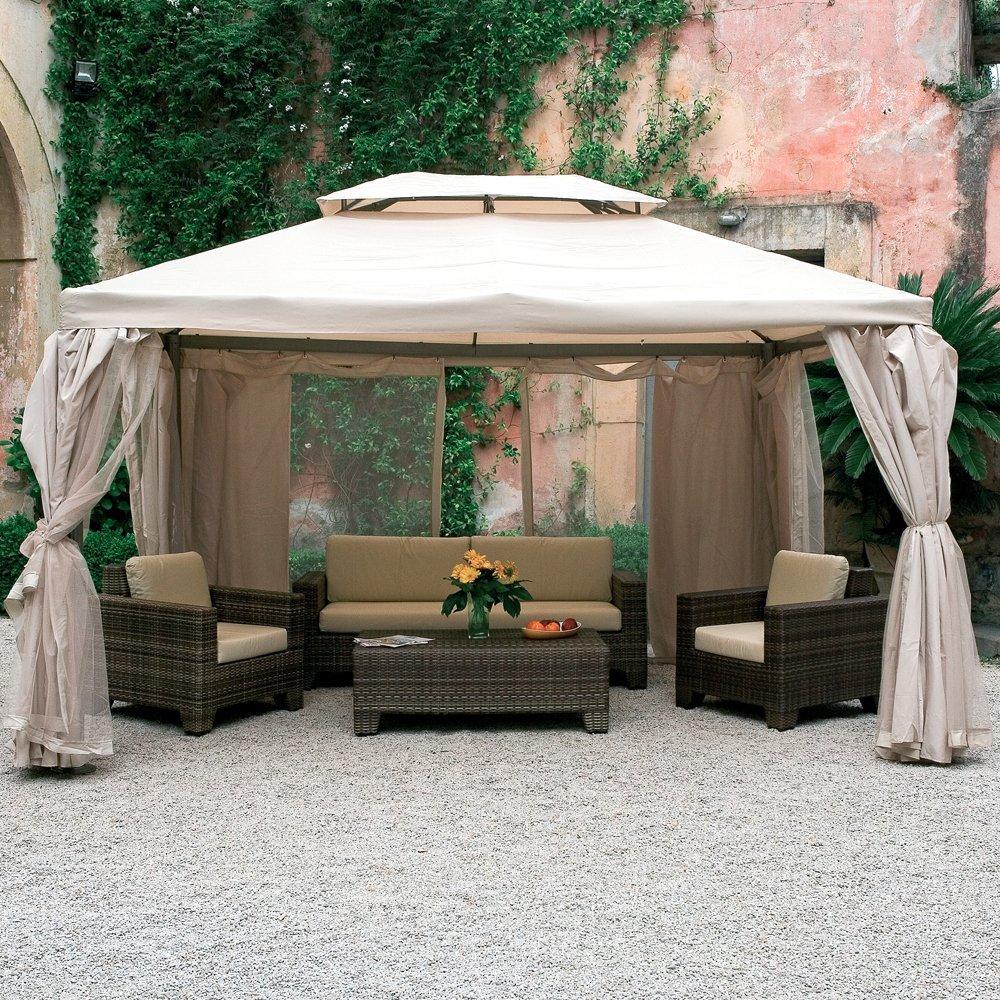Un gazebo con le tende in giardino