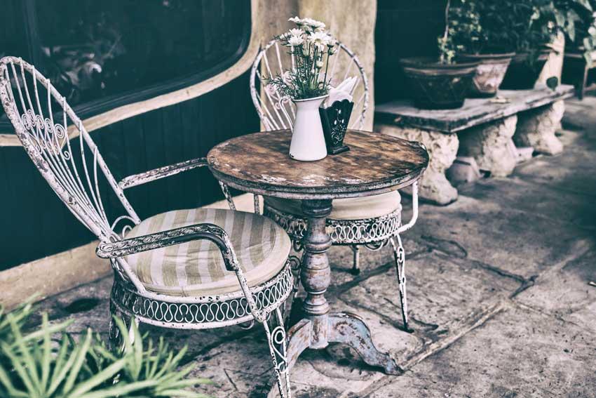 Bel tavolino shabby chic vintage in giardino.