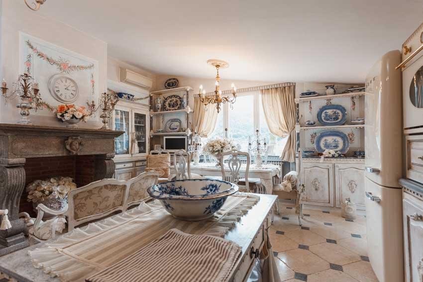 cucina stile provenzale con piatti floreali, e mobili antichi.