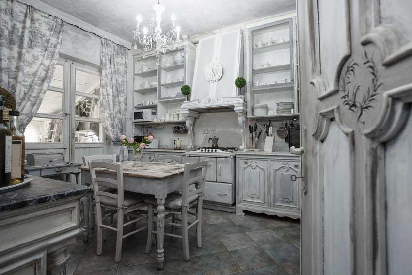 cucina shabby con mobili effetti invecchiati.