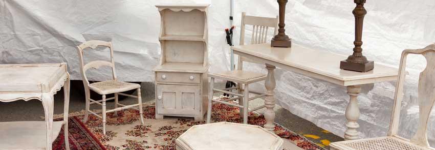 mobili restaurati con vernice con tecnica shabby chic.