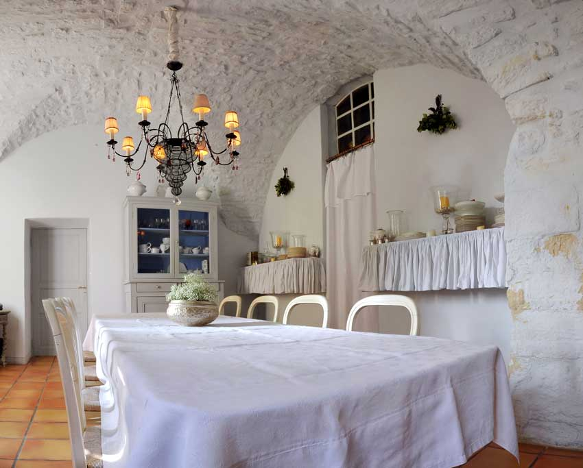 sala da pranzo tipica provenzale, bellissime tendine bianche e lampadario shabby.