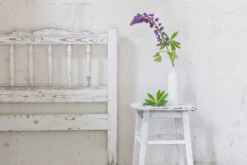 mobili di recupero pitturati di bianco effetto shabby.