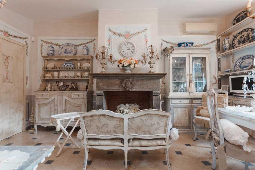 Bellissimo soggiorno in stile shabby provenzale, mobili antichi.