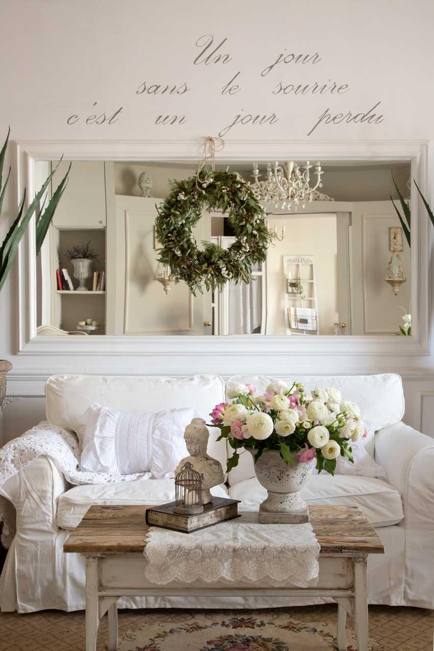 divanetto shabby con tavolino da soggiorno bianco e legno.