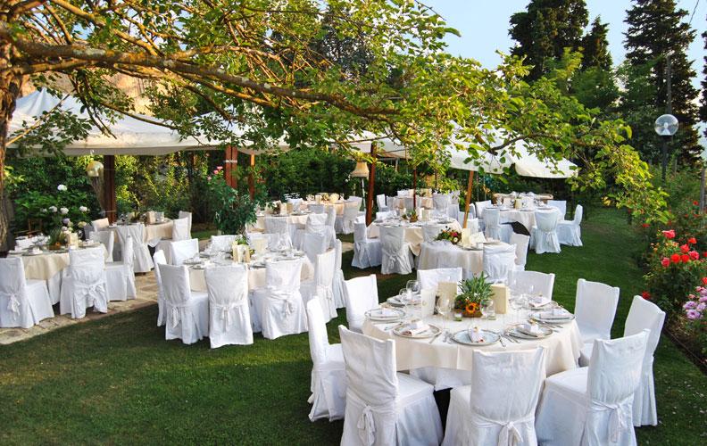 matrimonio shabby chic all'aria aperta, tavoli attrezzate bianche e beige