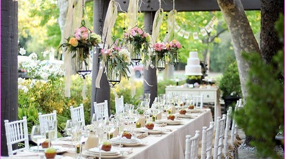 decorazioni matrimonio shabby chic con vasetti di fiori appese sopra ai tavoli