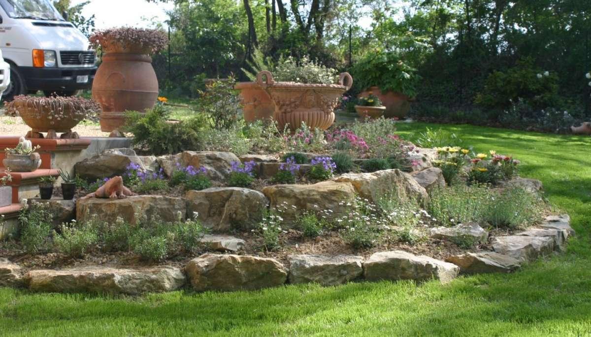 Un aiuola da giardino con le pietre 16 idee fai da te da realizzare subito - Idee giardino in pendenza ...