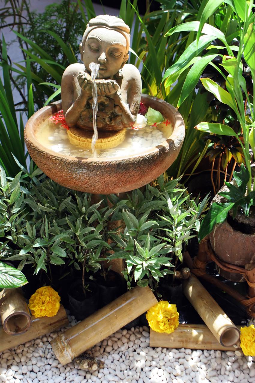 giardino zen con statua orientale.